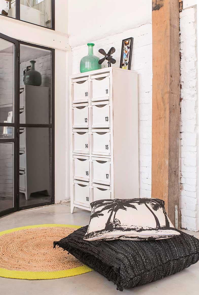 Muebles recuperados para decorar tu casa con aire industrial Incorpora muebles reciclados o recuperados. Bien porque crees una pieza con un toque handmade muy personal y conseguir así que un mueble se adapte al estilo con una mano de barniz, tiradores de acero, ruedas o una malla metálica en las puertas, bien porque recuperes mobiliario de décadas pasadas con aire industrial, por ejemplo, muebles de madera, acero o de hierro con una nueva mano de pintura.