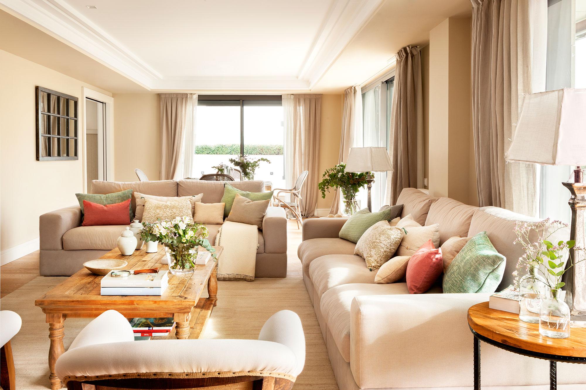 """Un clásico renovado Originario del s. XIX, el chéster es un sofá que dará una fuerte personalidad a tu salón. Tradicionalmente fabricados de manera artesanal, destacan por su respaldo bajo (unos 75 cm), aspecto mullido, tapizado en capitoné y reposabrazos en voluta. Los de la imagen son de Azul-Tierra. Salón decorado por Cristina Carbonell. 2 / 20 Menos es más En salones pequeños, es mejor optar por un sofá de dos plazas, como aquí, y completarlo con butacas o pufs, que no encorsetar uno más grande que no respire y abigarre demasiado el espacio. Recuerda que lo ideal es que el sofá mida unos 90 cm menos que la pared que lo albergará. Salón decorado por Bárbara Sindreu. 3 / 20 En """"L"""" Si distribuyes dos sofás en ángulo, como en este salón decorado por Pía Capdevila, lo mejor es arrimar a la pared el más grande y reservar para el lateral el más pequeño, como se ha hecho aquí. Con ello dejas más espacio libre para moverte con comodidad. 4 / 20 Una completísima tertulia En salones amplios y cuadrados, distribuir los sofás en """"U"""", con un par de butacas que cierren la tertulia, es una opción muy práctica. Para que sea más versátil, combina diferentes piezas, como aquí, donde las butacas tipo bergère a juego con el sofá, sirven de comodín, pudiéndolas mover fácilmente. 5 / 20 Un gran sofá rinconero Como indica su nombre, son perfectos para salvar una esquina y reconvertir ese espacio que, con dos sofás en """"L"""" se desperdiciaría, en asientos extra. El único handicap que presentan es que solo se adaptan en ángulos rectos. Salón decorado por Bárbara Sindreu. 6 / 20 Con módulo chaise longue Es literalmente un dos en uno: sofá + chaise longue. Y una opción muy práctica para aúnar en una sola pieza varias funciones. Sin embargo, se trata de sofás más grandes de los convencionales (mínimo de 250 cm), por lo que los metros cuentan. Este es el modelo Kivik de Ikea. 7 / 20 De obra y en """"L"""" Es como un traje a medida: lo planificas de acuerdo con el espacio con el que cuentas, aprovecha"""